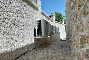 zadar klima aircon against wall